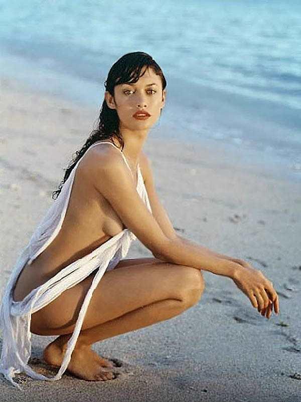 Голая Ольга Куриленко на берегу